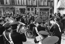XXXIII-1704-01 Muziekkorps van het Leger des Heils speelt op het Zwaanshals en hoek van de Zaagmolenstraat, naar ...