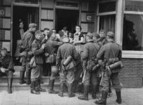 XXXIII-570-02 Duitse militairen krijgen te drinken van bewoners uit Overschie.