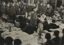XXXIII-591 Vijfhonderd Nederlandse kinderen zijn (vermoedelijk in een schoolgebouw aan de Mathenesserdijk 445) te gast ...