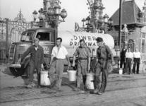 XXXIII-601-01 Aanvoer van drinkwater voor de Diwero-arbeiders, ter hoogte van de ingang van de voormalige Rotterdamse ...