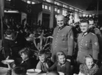 XXXIII-612-01 Kindermaaltijd tijdens de Dag van de Deutsche Polizei in de Rivièrahal.