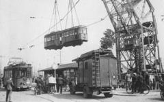 XXXIII-671 Op het Willemsplein worden uit Duitsland teruggekeerde R.E.T.-trams met behulp van een kraan weer op de ...