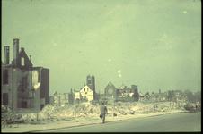 1978-2704 De Aert van Nesstraat na het bombardement van 14 mei 1940. Op de achtergrond de restanten van de Oldekerk ...
