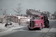1988-1257 Een brandweerauto op de Schiedamsesingel na het bombardement van 14 mei 1940. Op de achtergrond de restanten ...
