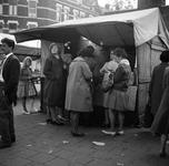 4-03 Een groepje dames voor een marktkraam aan de Maashaven.