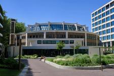 184 Het voormalige Bouwcentrum aan het Kruisplein.