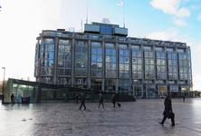 22 Het Groothandelsgebouw en de toegang tot de ondergrondse fietsenstalling op het Stationsplein.