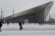 272 Het Stationsplein en het Centraal Station met op het plein het logo van het Filmfestival, IFFR.