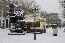 273 Het kunstwerk Santa Claus, ook bekend onder de naam 'Kabouter Buttplug' en een oliebollenkraam op het ...