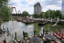340 De Oudehaven met het terras van Plan C rechtsonder. In het midden het Witte Huis en links de Willemsbrug.
