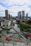 343 Zicht op het water en de woontorens van de Wijnhaven en Leuvehaven. In het midden de Kraneschipbrug die loopt van ...