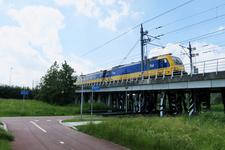 345 Het fietspad Bovenpolderpad in Overschie en het tracé van de Hogesnelheidslijn, HSL.