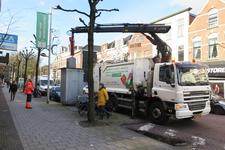 35 Vuilniswagen leegt een ondergrondse vuilcontainer in de Zwartjanstraat.