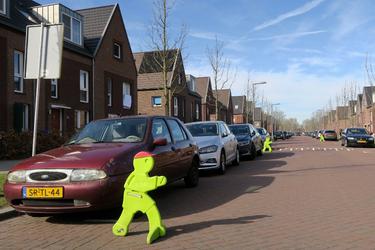 445 Gele verkeersmaatjes in de Van der Waalstraat in Overschie moeten ervoor zorgen dat auto's minder hard door de ...