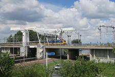 495 Een trein rijdt over de Spoorbrug over de Delfshavense Schie. Onderlangs loopt de Abraham van Stolkweg.