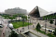 97 Zicht op het Weena, het Kruisplein met trams, Stationsplein, het Groothandelsgebouw en het Centraal Station.