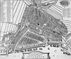 RI-44-I Plattegrond van Rotterdam. Links en rechts boven verwijzingen naar straten en gebouwen. Midden onder cartouche ...