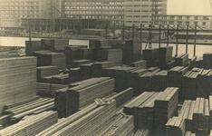 FD-3124 Opslagterrein met stapels planken en hout van houthandel Abraham van Stolk aan de Delfshavense Schie in ...