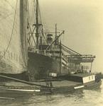 FD-3128 Zeilschip in de zeehaven. Op de voorgrond een Rijnaak en achterin een stoomschip.