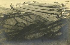 FD-3130 Bergen steelkolen met op de achtergrond een rij Rijnaken.