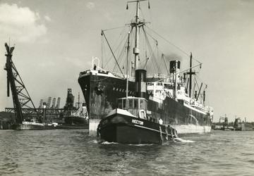 FD-3134 Sleepboot Hector van P. Smit Jr. en daarachter het Duitse bevoorradingsschip ss Rauenfells.