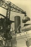 FD-3187 Het laden of lossen van een zeeschip met behulp van een kraan met grijper.