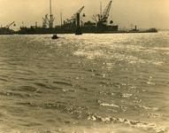 FD-3212 Een rij kranen aan de kade op de voorgrond de haven.