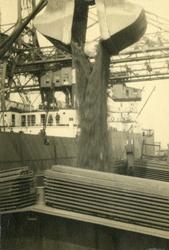 FD-3216 Het lossen van kolen in het ruim van een schip.