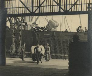 FD-3236 Het overladen van goederen in balen in het ruim van een schip