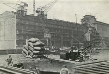 FD-3242 Overladen van balen en pakken uit een binnenvaartschip in de St. Jobshaven voor het pakshuis van Sint Jobs ...