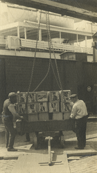 FD-3245 Het lossen van kisten appels uit Nieuw Zeeland vanuit een schip aan de kade.