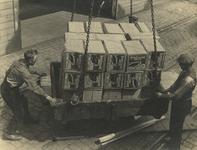 FD-3246 Het lossen van kisten appels uit Nieuw Zeeland vanuit een schip aan de kade.