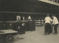 FD-3247 Overladen van kisten en koffers vanaf de kade in het ruim van een schip.