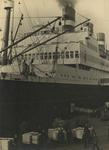 FD-3248 Havenarbeiders zijn bezig met het laden van kisten vanaf de kade in het ruim van een schip.