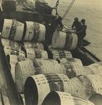 FD-3256 Mannen zijn bezig met het overladen van tonnen uit het ruim van een binnenvaartschip.