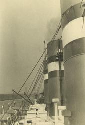 FD-3260 Een detailopname van het dek en de schoorstenen van de s.s. Statendam.