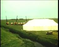 BB-0872 Persconferentie met toespraken in een tent. Werkzaamheden van Gemeentewerken in Europoort en havengebied.Een ...