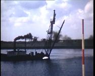 BB-0873 Werkzaamheden van Gemeentewerken in Europoort en havengebied. Werklui op een (bagger)schip. Koningin Juliana ...