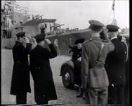 BB-0201 Koningin bezoekt torpedojager Tjerk Hiddes en onderzeeër O 24, op de achtergrond het gebouw van de ...