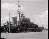 BB-0203 Postume uitreiking van 5 militaire Willemsordes aan boord van een torpedojager aan nabestaanden van officieren.