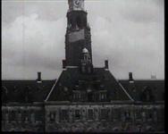BB-0250 Voor het Stadhuis worden 86 officieren beëdigd door Commandant der mariniers Von Freitag Drabbe. Prins Bernhard ...