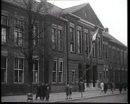 BB-0251 De Nederlandse Economische Hogeschool verleent Lord Beveridge een eredoctoraat; rede professor de Vries; ...