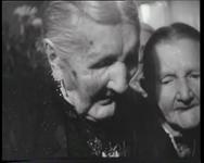 BB-0253 Opoe Herfst wordt op haar 106e verjaardag gefeliciteerd door haar familie en burgemeester Oud.
