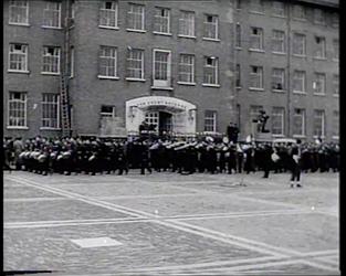 BB-0256 Commandant van het Korps Mariniers H.F.J.M.A. von Freitag Drabbe draagt op het terrein van de van Ghentkazerne ...