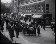 BB-0265 Demonstratieve optocht vanaf de Admiraliteitskade lopen de vrouwen voor vrede naar Woudestein waar een spreekster is.