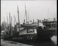 BB-0270 Werkloos in de haven liggende schepen; graanelevatoren Maashaven.
