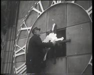 BB-0274 Bevestiging van de wijzers op de klok van de Laurenstoren.