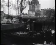 BB-0283 Berging gezonken binnenvaartschepen in Leuvehaven en omgeving; een drijvende bok; op de achtergrond Witte Huis, ...