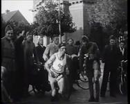 BB-0285 Een militaire atleet loopt van Rotterdam langs Gouda en Hilversum naar zijn kazerne.