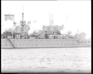 BB-0307 Vlootschouw met oorlogsschepen, onderzeeboten en watervliegtuigen en een replica van het zeilschip de Halve ...